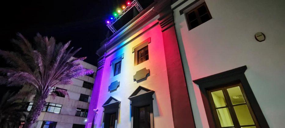 202282545_4459924730692423_4171122013576235090_n-933x420 La bandera LGTBIQ+ ilumina la fachada del Cabildo