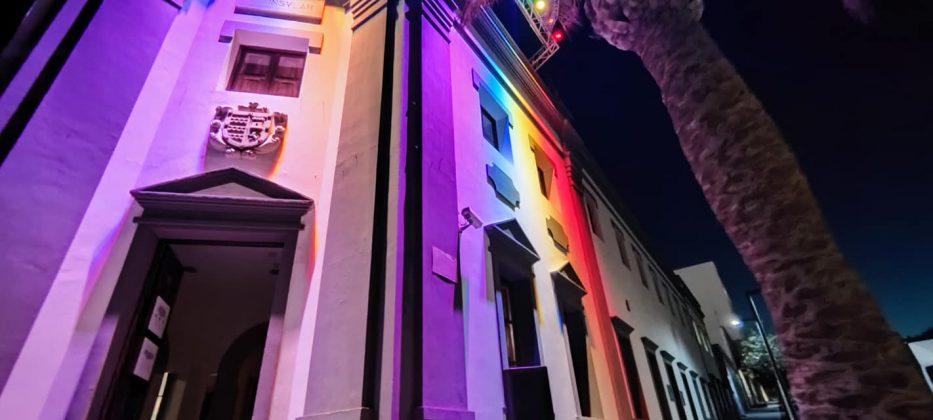 202316664_4459925047359058_5665821084252116716_n-933x420 La bandera LGTBIQ+ ilumina la fachada del Cabildo
